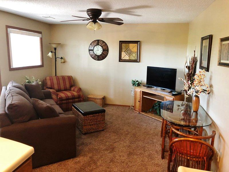 Scenic Hideaway, Walk-in, Wifi,King Size Bed, Pools, New Sofa Sleep, 5 Acre Lake, holiday rental in Galena