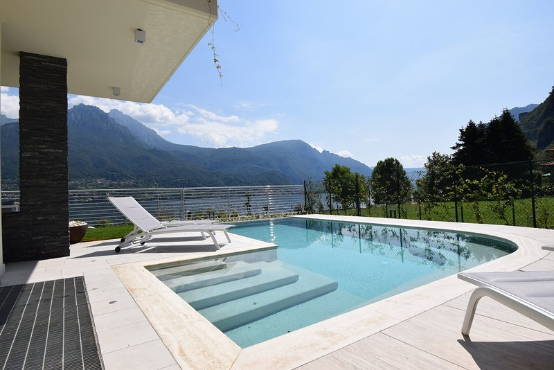 Villa Mimosa Bellagio Wild Flowers Residence piscina e spiaggia private, holiday rental in Canzo
