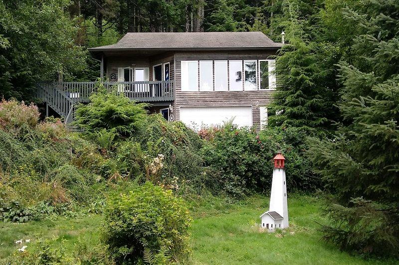 New listing! Spacious, waterview, dog-friendly home w/ easy beach access!, alquiler de vacaciones en Arch Cape