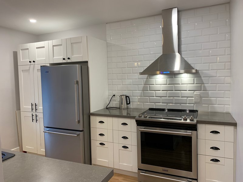 La Joie de Vivre- Sunny newly renovated two-bedroom apartment in Villeray, aluguéis de temporada em Laval