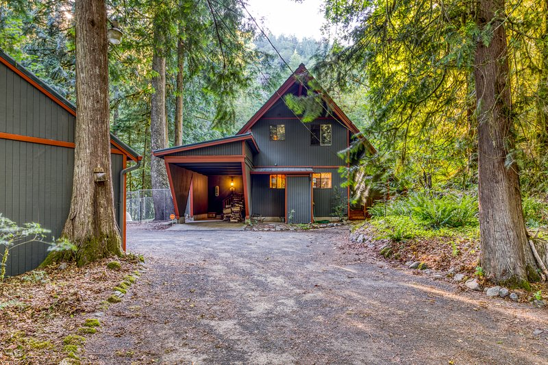 Creekside Home w/ a Private Hot Tub, Deck, & Great Woodland Views!, holiday rental in Zigzag