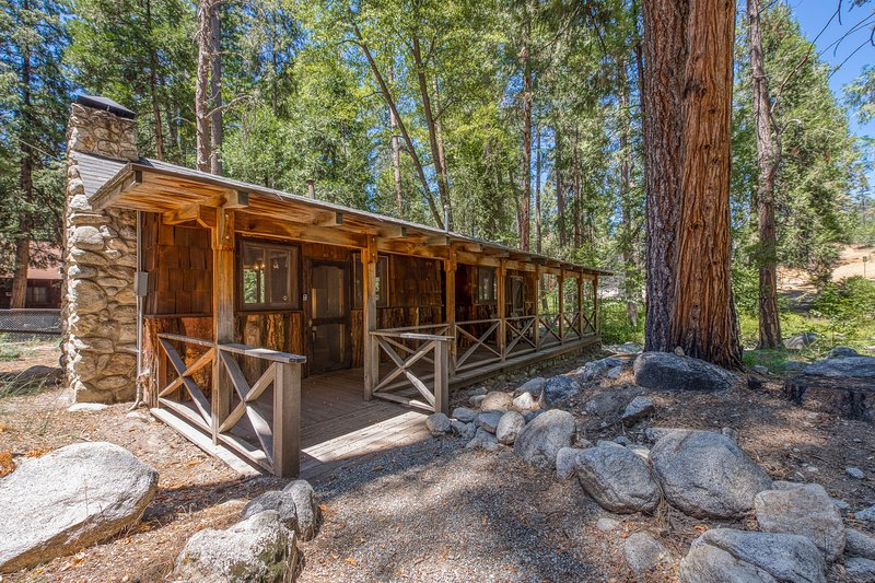 Rustic, warm cabin w/outdoor deck, woodland views - close to town!, holiday rental in Idyllwild