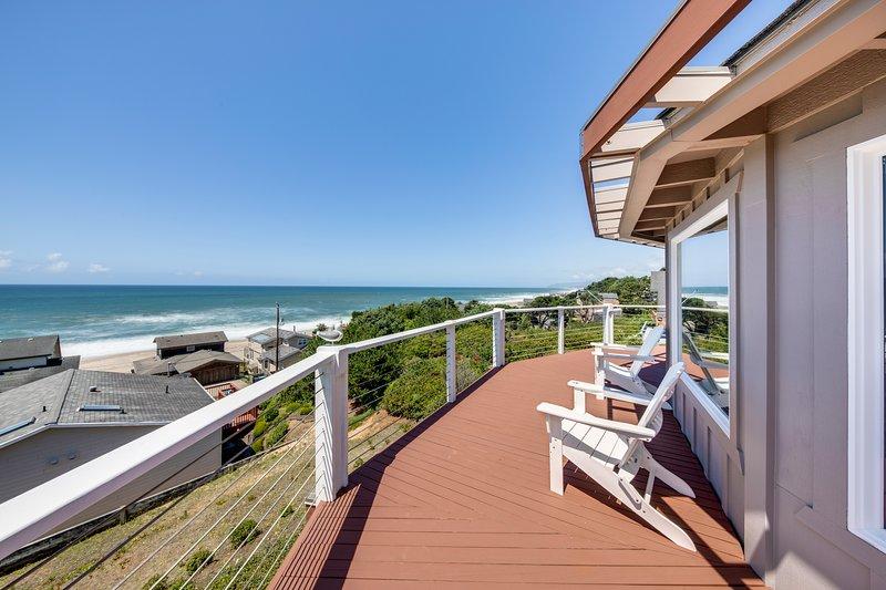New listing! Updated, dog-friendly home w/ great decks & stunning ocean views!, aluguéis de temporada em Lincoln Beach