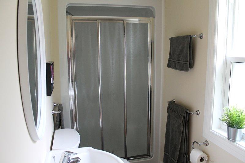 Det huvudsakliga badrummet har ett steg i dusch och tvättmaskin / torktumlare. Det finns också ett pulverrum