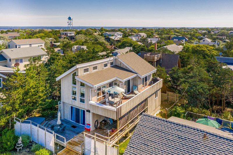 Stunning home w/ partial ocean views, spacious deck & outdoor shower- free wifi, location de vacances à Fair Harbor