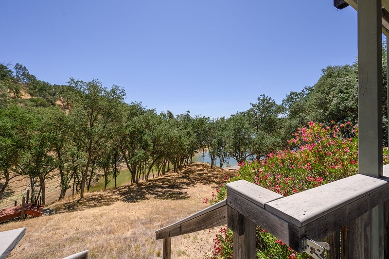 Spacious lake front home w/large deck, shared pool - Dogs ok!, vacation rental in Lake Nacimiento