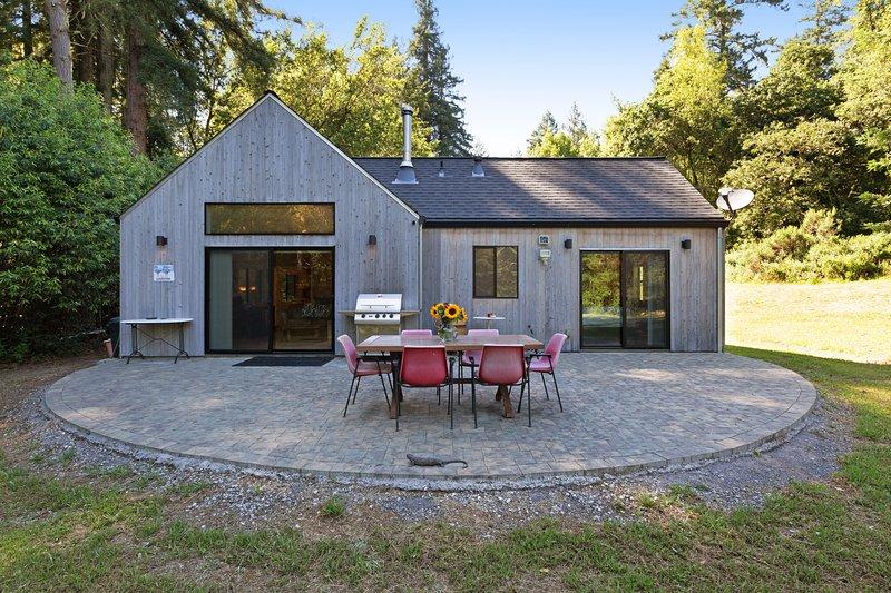 Very private creekside oasis on 6 acres w/ furnished patio & bonus sleeping den, location de vacances à Occidental