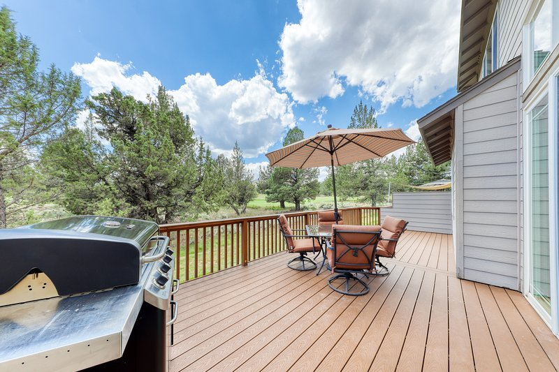 Spacious home w/private deck & gas grill - shared pool and more resort amenities, holiday rental in Terrebonne