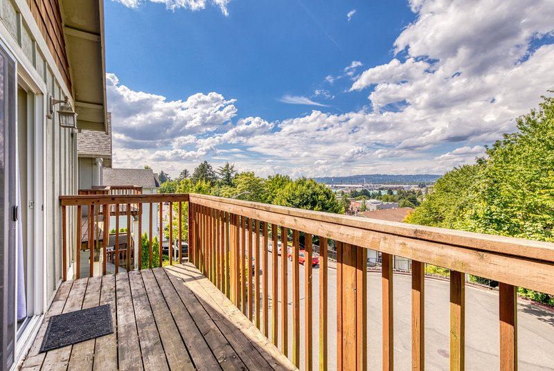 New listing! Townhome w/ deck & great view - near the Columbia Gorge!, vacation rental in Boring