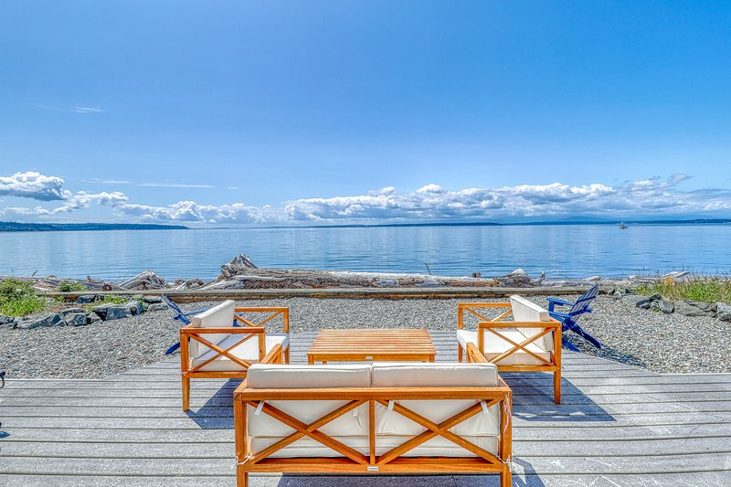 Private Beachfront Home with Gorgeous Views & pool access, vacation rental in Camano Island
