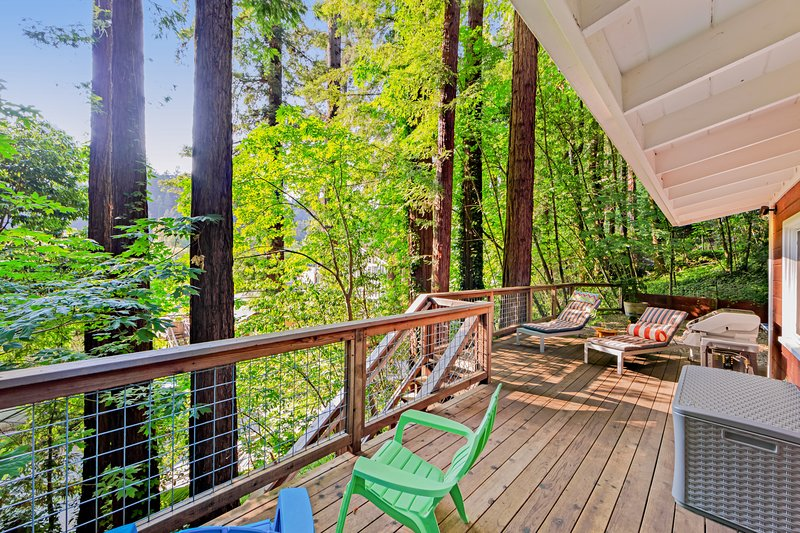 New listing! City chic in the redwoods w/ deck & Ping-Pong- near the river!, location de vacances à Rio Nido