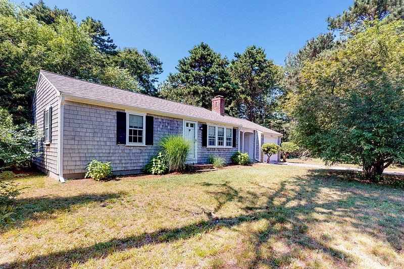 Centrally located home near beaches & downtown w/ patio & outdoor shower!, vacation rental in West Yarmouth