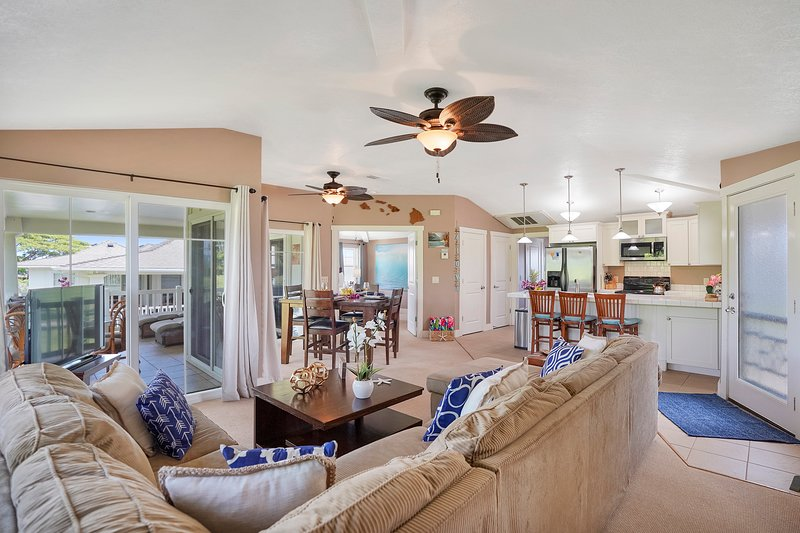 Beautifully decorated condo w/shared pool & hot tub, vacation rental in Princeville