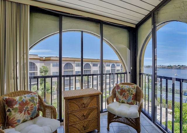 Relaxing riverfront condo w/ heated pools, hot tubs & tennis courts, vacation rental in Marco Island