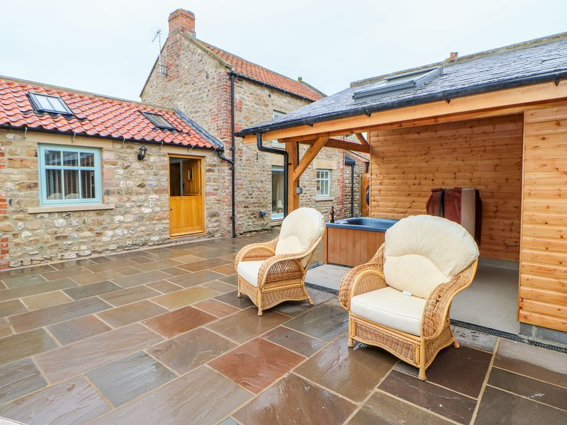 THE DOVE COTE, hot tub, WiFi, in Brompton-on-Swale, holiday rental in Arrathorne