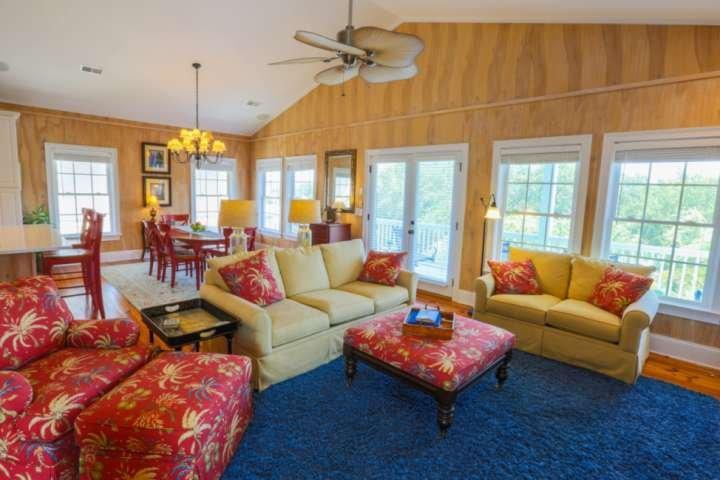 Er stroomt veel natuurlijk licht de woonkamer, eetkamer en keuken in!