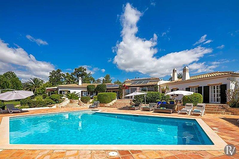 Saragocal Villa Sleeps 16 with Pool and Air Con - 5433146, aluguéis de temporada em Mexilhoeira Grande