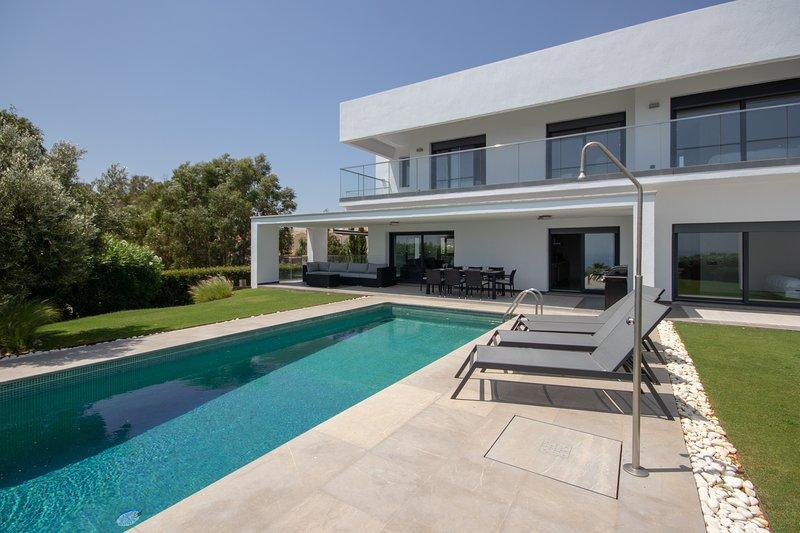 Large Villa with Private Pool , Extensive Gardens and Terraces with Sea Views, vacation rental in Pueblo Nuevo de Guadiaro