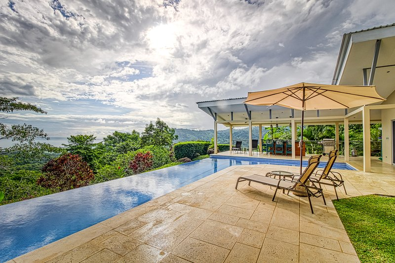 Beautiful ocean view house with private pool, private gas grill and more!, alquiler de vacaciones en Playa Matapalo