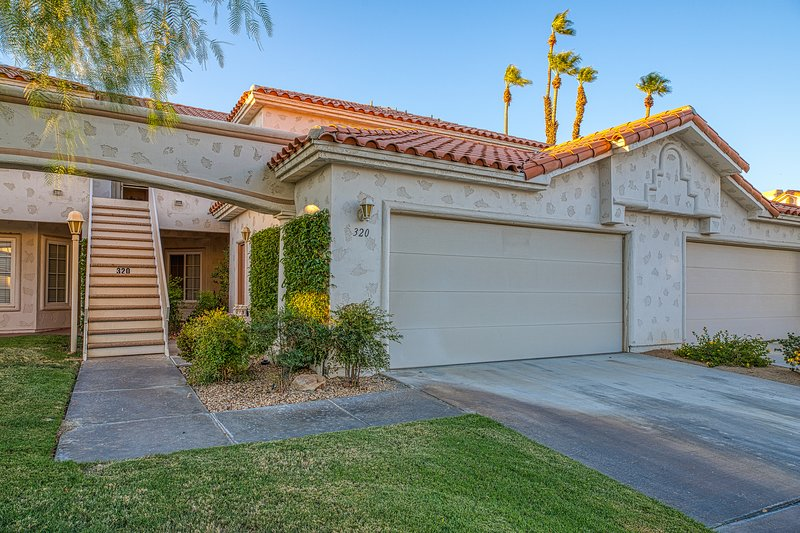 New listing! Island-inspired condo w/ golf course & mountain view & shared pools, vacation rental in Indian Wells