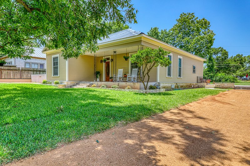 Bright home w/ a fenced yard, gas grill, & full kitchen - close to downtown, vacation rental in Fredericksburg