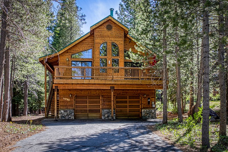 New listing! Gorgeous cabin w/shared pool, hot tub & private pool table, ski!, holiday rental in Truckee