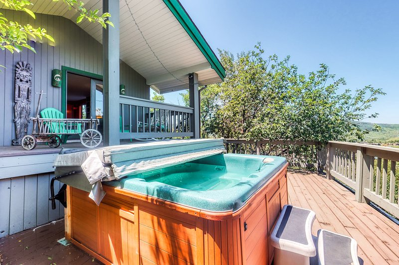 Large home w/ great view, hot tub, wrap-around deck & pool table - walk to lifts, location de vacances à Steamboat Springs