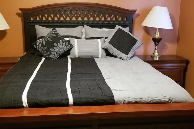 """La tua camera da letto """"nera"""" - la più grande delle 2 camere da letto disponibili nel tuo loft privato al 2 ° piano, si trova all'estremità opposta della sala da dove salite le scale"""