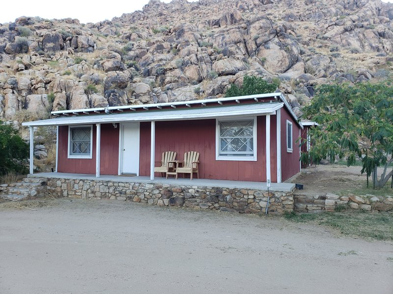 Cute rustic farmhouse cabin on a historic ranch, vacation rental in Lucerne Valley