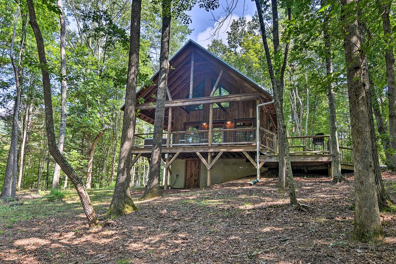 Romantic Asheville Area Cabin w/ Deck & Hot Tub!, Ferienwohnung in Leicester