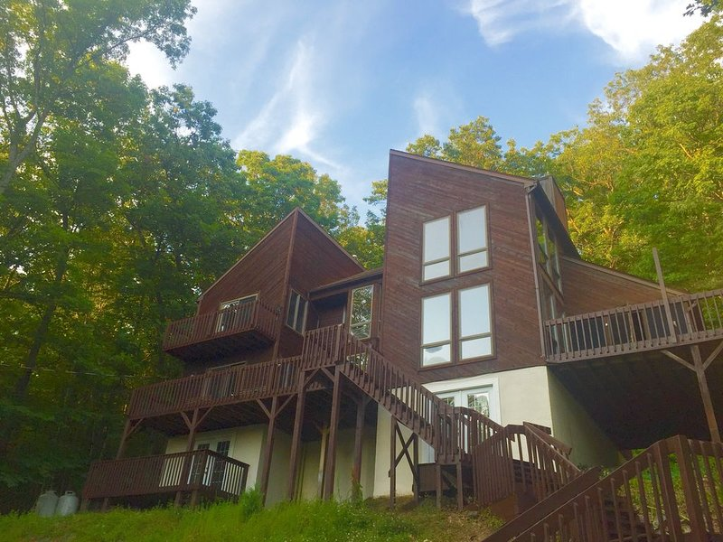 Beautiful Modern Lodge! Pool Table,8 TVs,WiFi,Linens,NetFlix/TiVo, Central Air, holiday rental in Sandy Hook