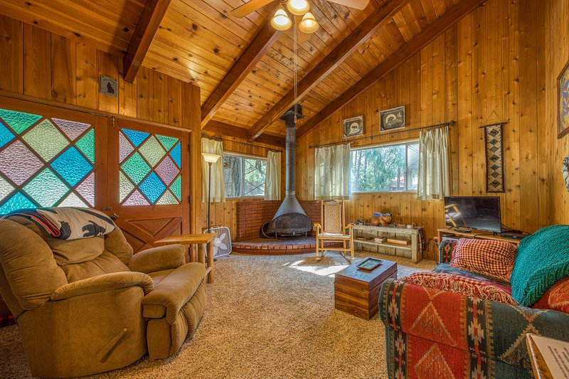 Dog-friendly mountain home w/ hot tub, great views & more!, holiday rental in Idyllwild