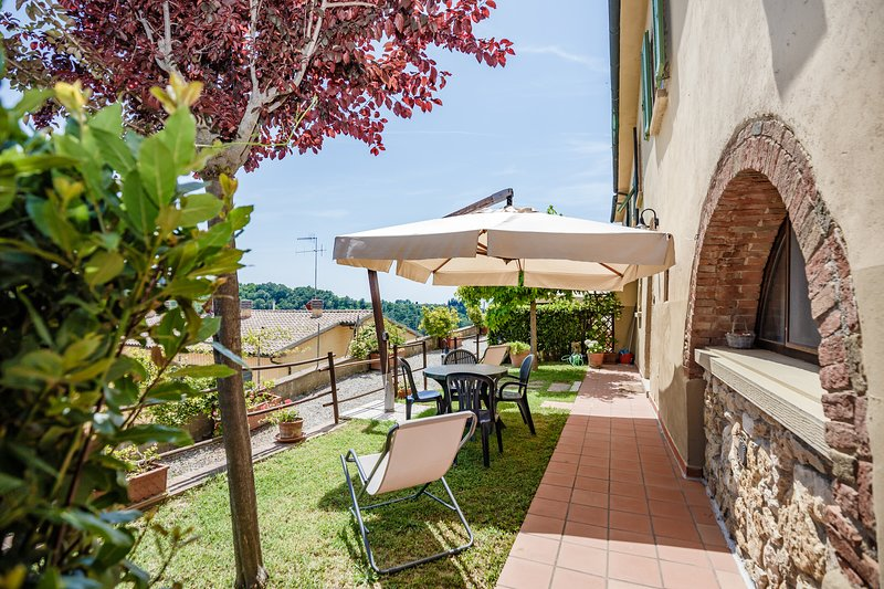 Casetta Sole Superior Garden House on Etruscan Hillls, holiday rental in Montescudaio