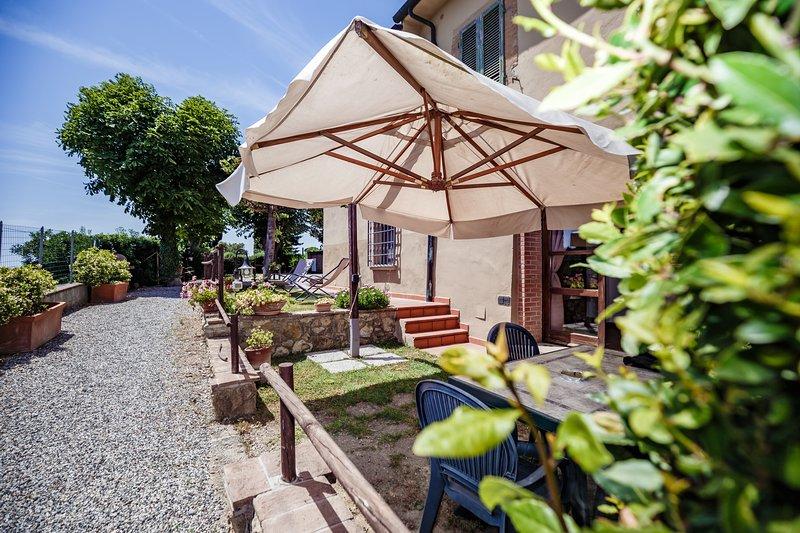 Casetta Luna Superior Garden House on Etruscan Hillls, holiday rental in Montescudaio