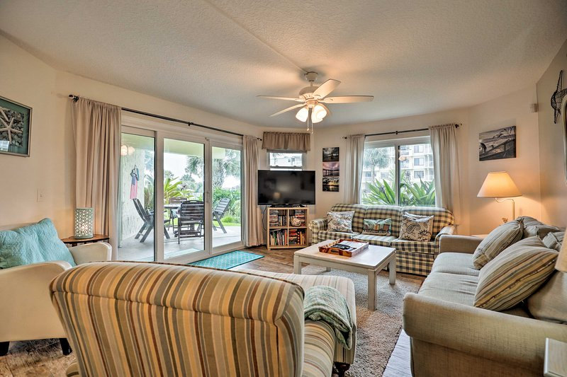 St. Augustine Beach Condo w/ Patio & Pool Access!, vacation rental in Crescent Beach