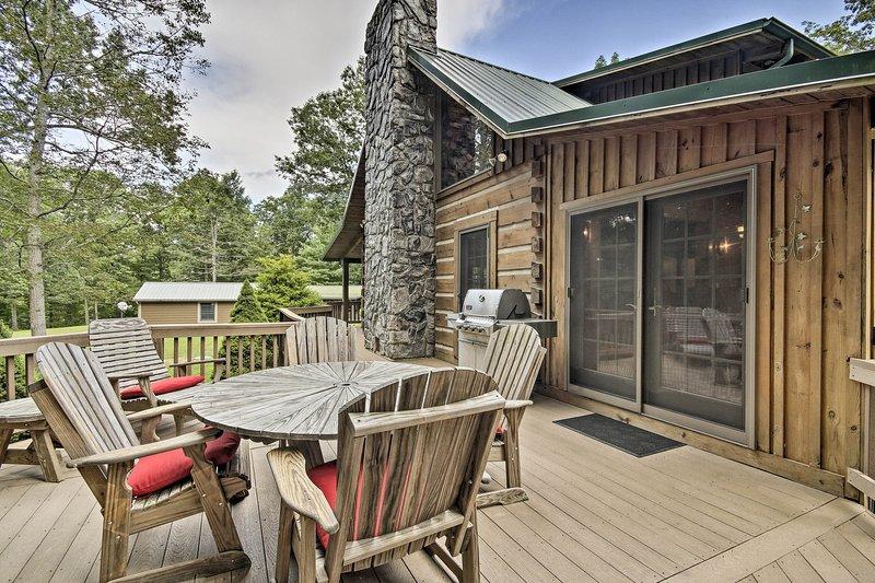 Reúnase con familiares y amigos en la espaciosa terraza con barbacoa.