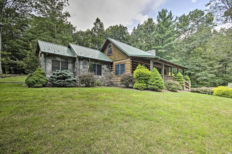 Creekside Berkeley Springs Cabin on 35 Acres!, vacation rental in Berkeley Springs