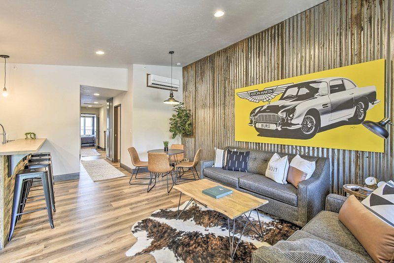 Modern Townhome w/ Deck - ½ Mi to Elkhart Lake!, location de vacances à Elkhart Lake