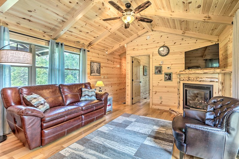 Cozy Cabin w/ Hot Tub+Deck in Hocking Hills!, holiday rental in New Straitsville