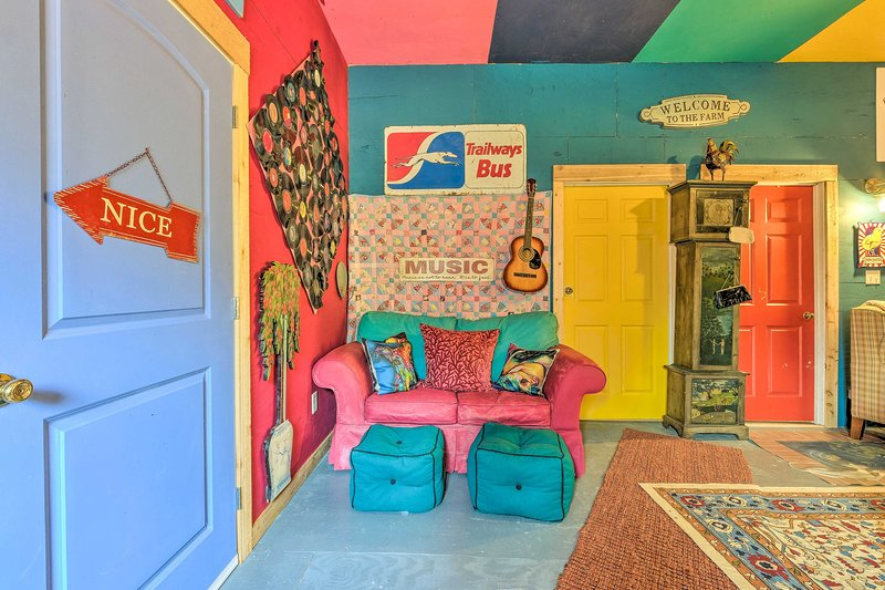 This colorful abode has 2 bedrooms, 1 bathroom, and space for 4.
