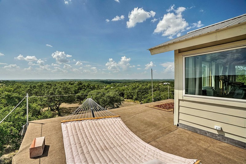 Charming Austin Getaway on 2 Acres w/ Rooftop Deck, vacation rental in Dripping Springs
