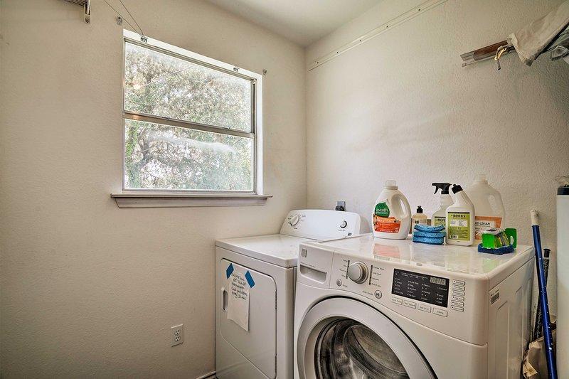 Cuide su ropa llevándola a la lavadora y secadora que se proporcionan aquí.
