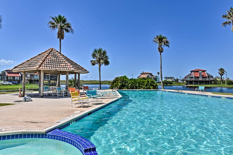 Matagorda Townhome w/Deck, Views, Pool Access, location de vacances à Palacios