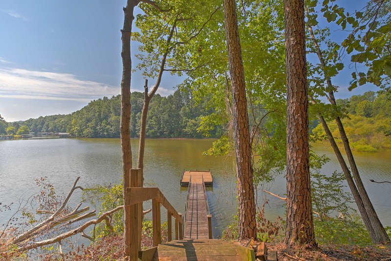Pet-Friendly Toccoa Home w/ Deck + Lake Access!, holiday rental in Eastanollee