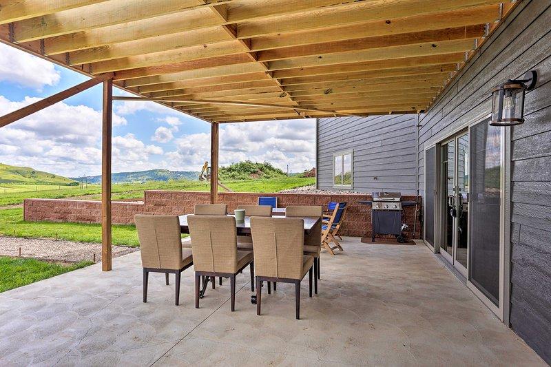 Reserve o seu refúgio cénico nesta casa com 3 quartos e 2 casas de banho em Piedmont, SD.