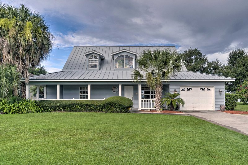 Waterfront Lake Placid Home w/Dock & Fire Pit, holiday rental in Lorida