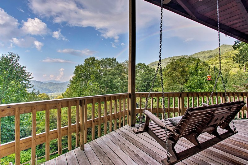 Upscale Cabin w/Stunning Blue Ridge Mountain Views, vakantiewoning in Maggie Valley