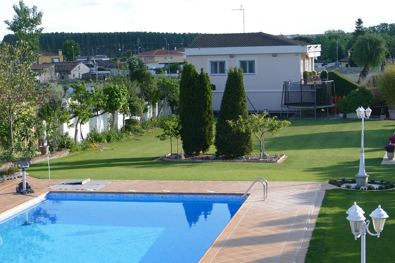Amazing house with pool access, location de vacances à Almenara de Tormes