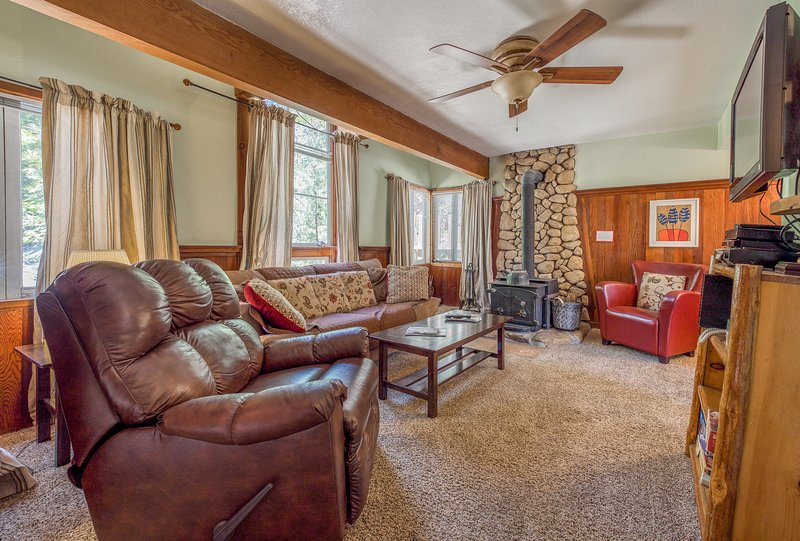 Inviting, dog-friendly cottage with a hot tub, wood stove, near the village!, holiday rental in Idyllwild