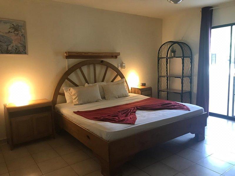 king size-säng, balkong, luftkonditionering och takfläkt